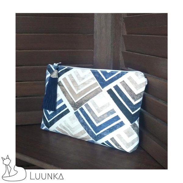 trousse-maquillage-collection-eitineka-suedine-motifs-triangle-blanc-bleu-gris-derriere-droite-made-in-france-luunka